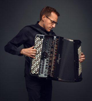 photo de Félicien Brut à l'accordéon