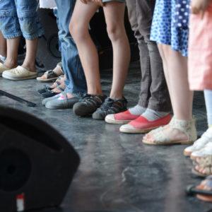 photo de pieds d'enfants sur scène illustrant l'article sur le CLEA de Lons-le-Saunier