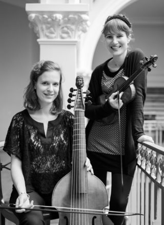 photo du Duo Coloquintes avec Alice Julien-Laferrière au violon et Mathilde Vialle à la viole de gambe
