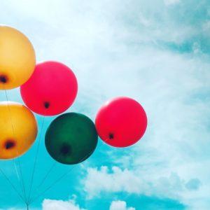 photos de ballons colorés dans le ciel